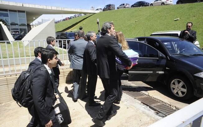 Agentes da Polícia Federal fazem busca e apreensão no gabinete do Senador Delcídio do Amaral (PT-MT) nesta quarta-feira (25)