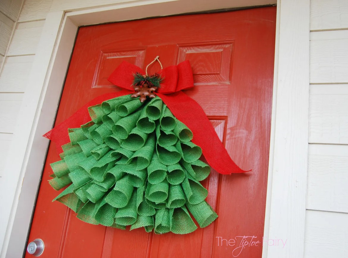 Diy burlap christmas tree wall hanging the tiptoe fairy How to hang garland on a christmas tree