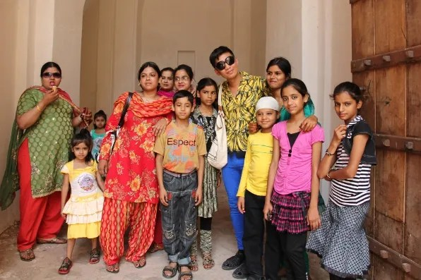 Bryanboy with Indian women and children at the Amber Palace