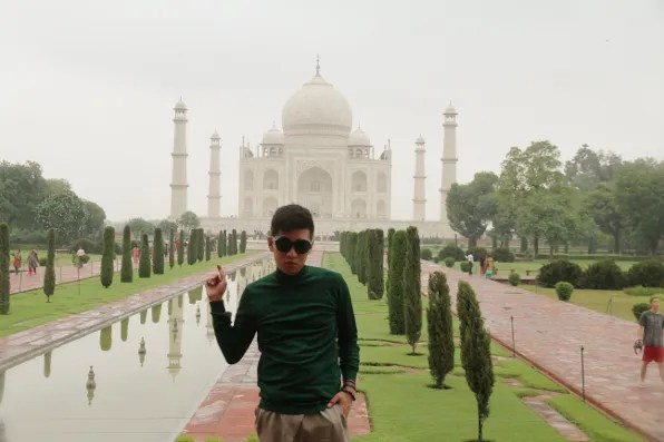 Bryanboy pointing at Taj Mahal
