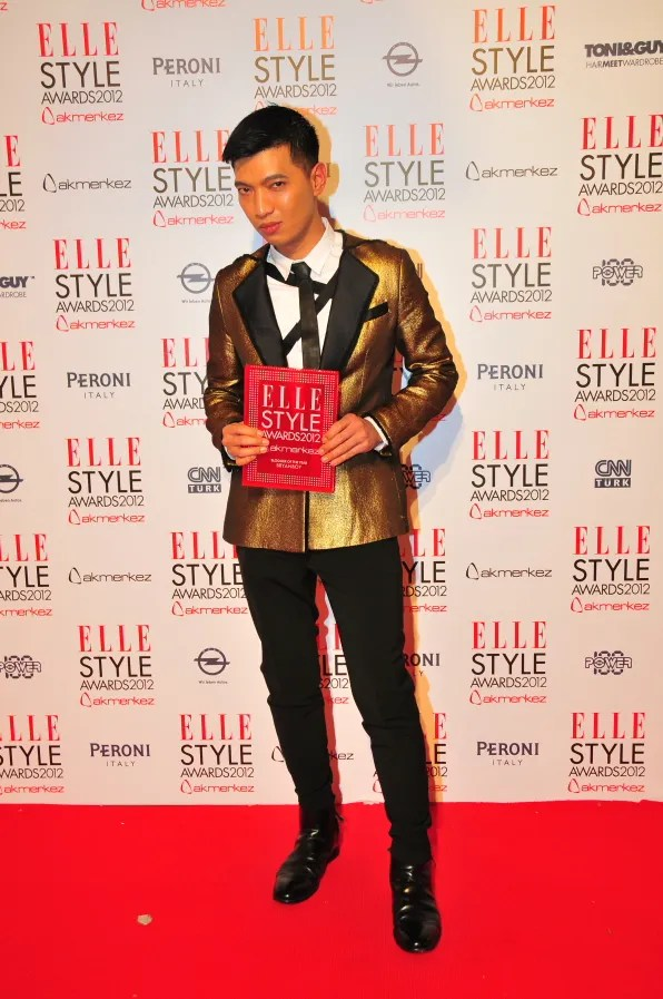 Bryanboy receiving the Best Blogger of the Year Award by 2012 Elle Style Awards Turkey
