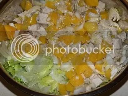 Sałatka z sałaty lodowej z brzoskwinią, kurczakiem i orzechami włoskimi zdrowe wykwintne szybkie salatki przystawki latwe kurczak i drob codzienne  przepis foto