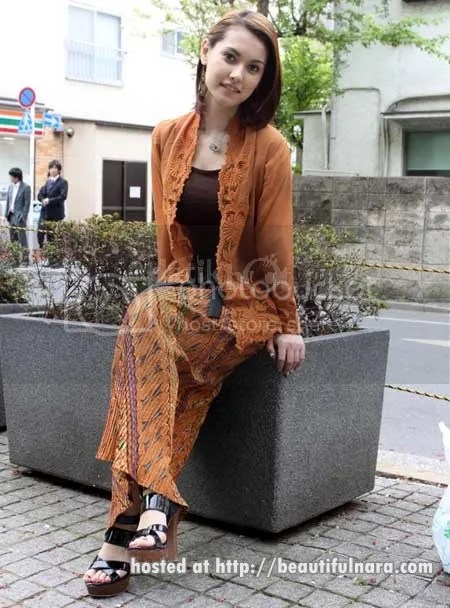 gambar maria ozawa pakai baju kebaya