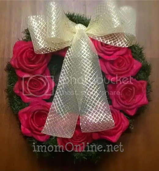 christmas decor ideas wreath with flowers gold bow
