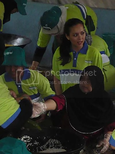 Siti Saleha belajar penyediaan masak nasi dalam buluh