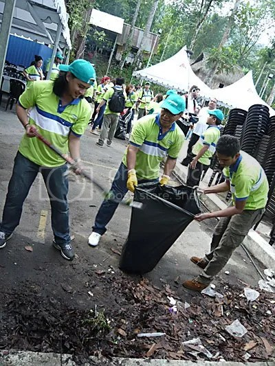 Gambit turut melakukan kerja membersih sampah