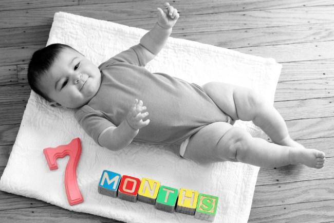 carmendy-7-months-photo-progression-blanket-b&w