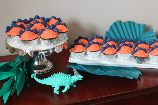 dinosaur cupcakes display
