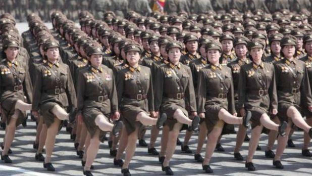Nữ binh sĩ Bắc Hàn duyệt binh