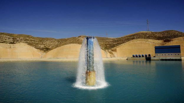 Chorro de agua vertida en un reservorio luego del proceso de desalación
