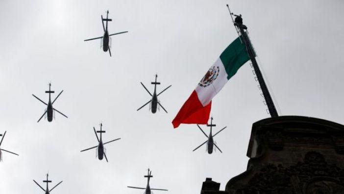 Bandera de México junto a aviones.