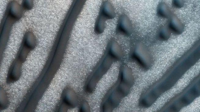 Imagen detallada de los puntos y líneas en la región cerca del polo norte marciano.