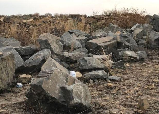 Cơ thể của Zanele Hlatschwayo được tìm thấy dưới những tảng đá này