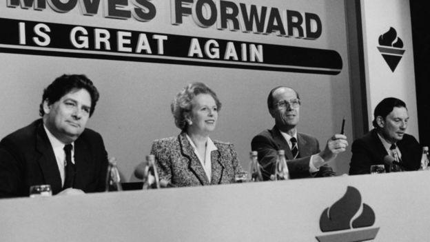 La primera ministra británica Margaret Thatcher y el ministro de Hacienda Nigel Lawson (izq)