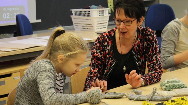 La profesora Riita Houvila en clase de manualidades en Norssi, la escuela normal de la Universidad de Jyvaskyla.