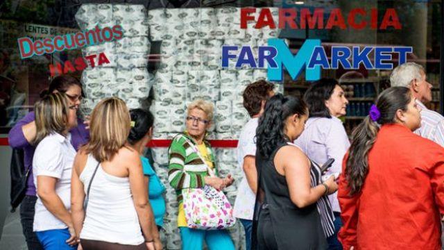 Filas para obtener medicinas en Venezuela