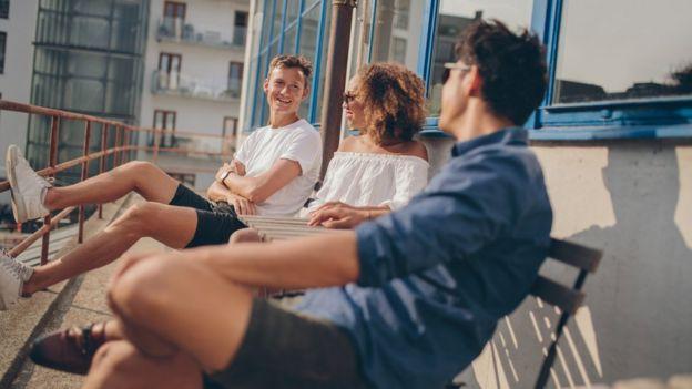 Jóvenes en balcón