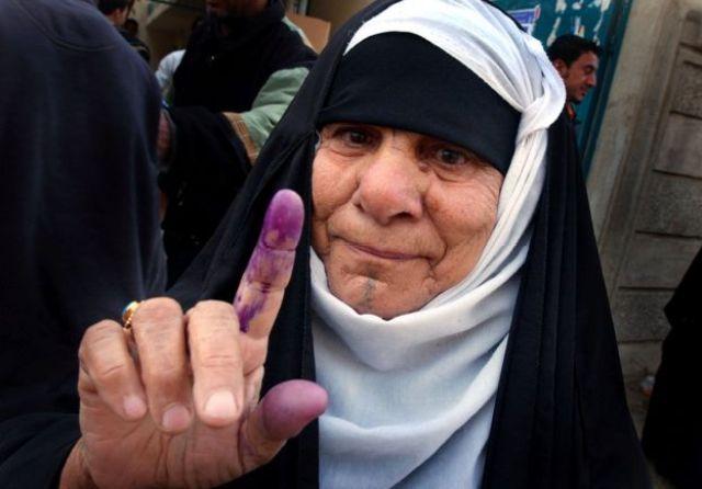أرشيف: امرأة تقوم بالتصويت في مدينة الصدر في الانتخابات البرلمانية العراقية في 30 يناير/كانون الثاني 2005