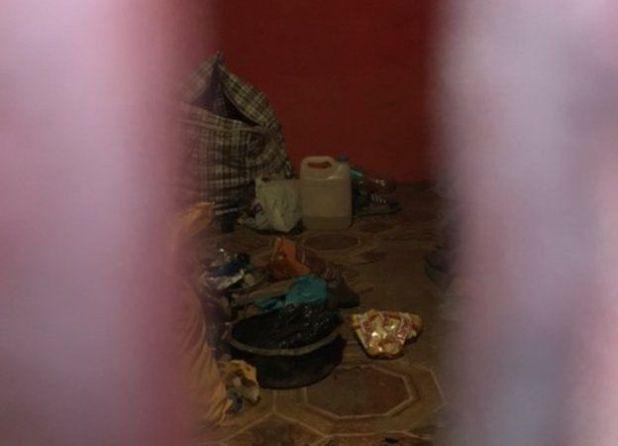 Cảnh sát đã niêm phong ngôi nhà nhưng qua khe cửa vẫn có tể nhìn thấy những đồ dùng mà nghi phạm sử dụng cho