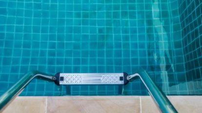 Una escalera a una piscina