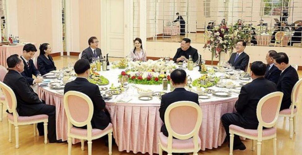 El líder norcoreano, junto a su esposa y su hermana, encabezó una cena para la delegación surcoreana.