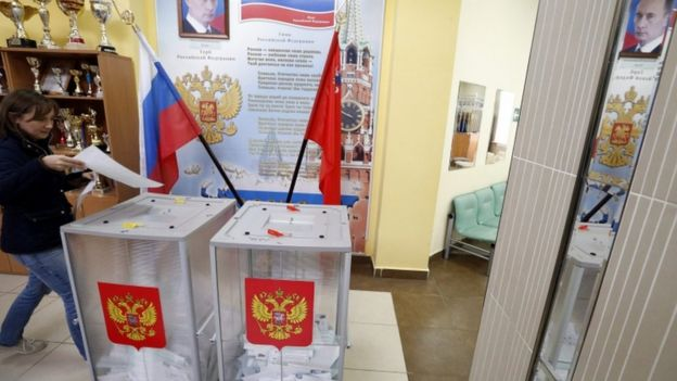 Woman votes in Moscow