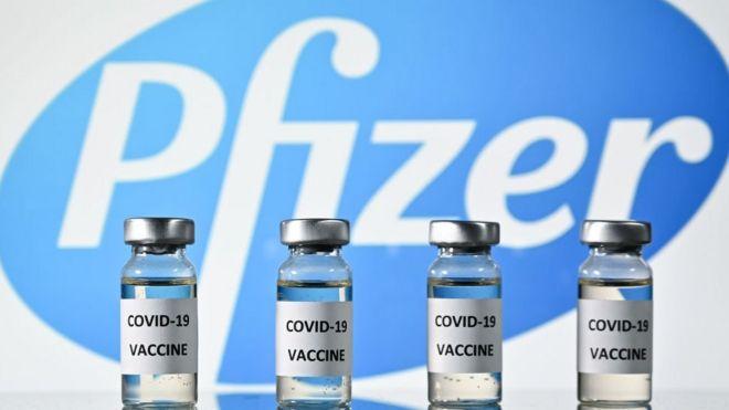 Logo de Pfizer con dosis de vacunas.