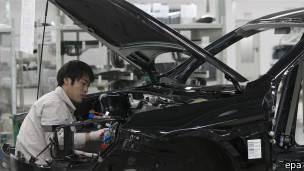 141212054905 sp chinese worker 304x171 epa - ¿Por qué a China le conviene la caída del precio del petróleo?