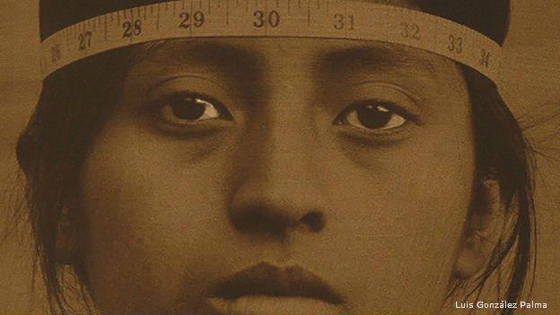 Mujer indígena a quien le miden el cráneo en México, en el siglo XIX