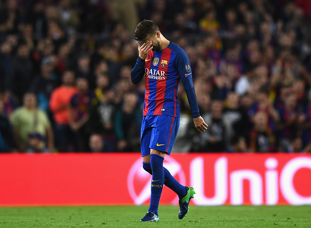 BARCELONA, SPAIN - OCTOBER 19: Gerard Pique of Barcelona leaves the pitch following an injury during the UEFA Champions League group C match between FC Barcelona and Manchester City FC at Camp Nou on October 19, 2016 in Barcelona, Spain.  (Photo by David Ramos/Getty Images)