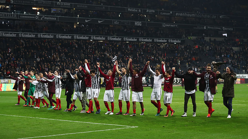 FRANKFURT AM MAIN, GERMANY - NOVEMBER 26:  Eintracht Frankfurt players applaud supporters after their 2-1 win in the Bundesliga match between Eintracht Frankfurt and Borussia Dortmund at Commerzbank-Arena on November 26, 2016 in Frankfurt am Main, Germany.  (Photo by Alex Grimm/Bongarts/Getty Images)