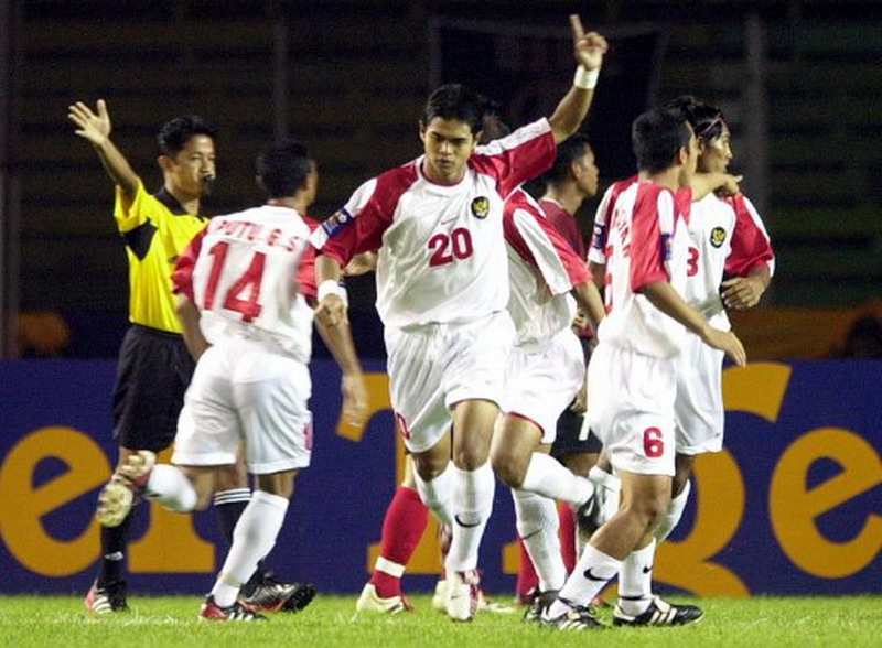 Indonesia's Bambang Pamungkas (20) gestures shortly after scoring during the match between Indonesia and the Philippines in the Tiger Cup 2002 at Gelora Bung Karno sport stadium Bambang Pamungkas in Jakarta, 23 December 2002. Indonesia was leading 7-0 after the first half. AFP PHOTO/Weda / AFP PHOTO / WEDA