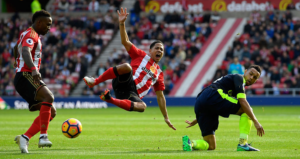 SUNDERLAND, ENGLAND - OCTOBER 29: Steven Pienaar of Sunderland (C) is fouled by Francis Coquelin of Arsenal (R) as Jermain Defoe looks on during the Premier League match between Sunderland and Arsenal at the Stadium of Light on October 29, 2016 in Sunderland, England. (Photo by Stu Forster/Getty Images)