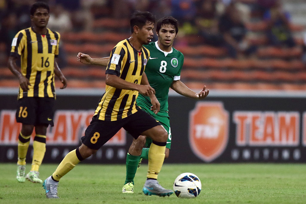 KUALA LUMPUR, MALAYSIA - SEPTEMBER 08:  Yahia Alshehri of Saudi Arabia battles with Safiq Rahim of Malaysia during the 2018 Russia FIFA World Cup and 2019 UAE Asian Cup Preliminary Round 2 joint qualifying match between Malaysia and Saudi Arabia at the Shah Alam Stadium on September 8, 2015 in Kuala Lumpur, Malaysia.  (Photo by Stanley Chou/Getty Images)