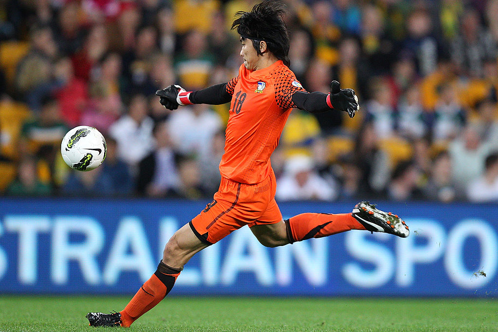 BRISBANE, AUSTRALIA - SEPTEMBER 02: Sinthaweechai Hathairattanakool of Thailand kicks during the Asian Qualifying 2014 FIFA World Cup match between the Australian Socceroos and Thailand at Suncorp Stadium on September 2, 2011 in Brisbane, Australia. (Photo by Chris Hyde/Getty Images)