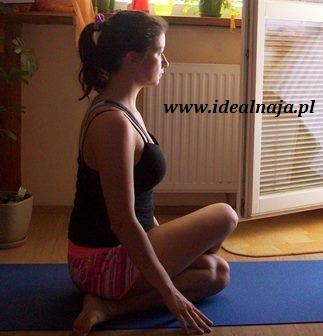Ćwiczenie 1. samo siedzenie pomiędzy stopami i wyprostowanie pleców powoduje już roziąganie mięśni.