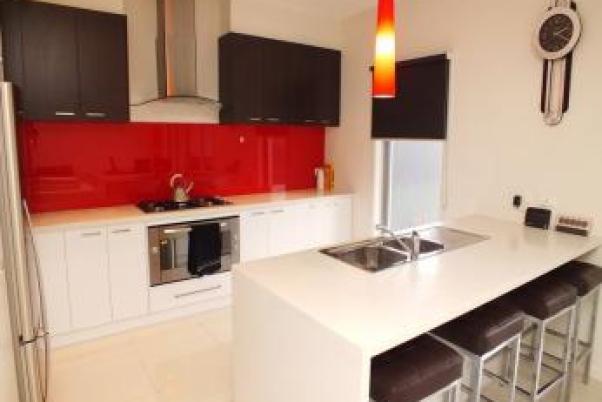 Idee de bucatarie crem combinata cu mobilier alb rosu maro