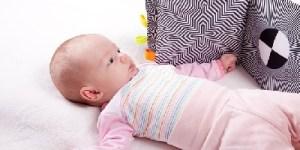 neonato con libro optical