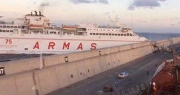 В столице острова Gran Canaria паром протаранил пирс
