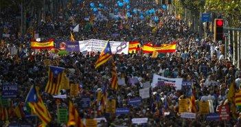 Компании бегут из Каталонии, каталонцы протестуют против сепаратизма