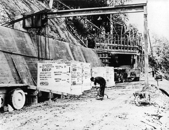 Beschriftete Kisten mit Reparationsgut aus dem unterirdischen Flugzeugmotorenwerk von Daimler-Benz Werk in Obrigheim werden am 20.01.1946 zum Abtransport verladen. Die gesamte Ausrüstung des Werks, in dem monatlich rund 600 Flugmotoren hergestellt wurden, ging in die Sowjetunion. Ein Koordinationskommitee hatte am 10.12.1945 den Abbau der Industrieanlage aus der amerikanische Zone und ihren Transport in die UdSSR im Zuge der Reparationsleistungen genehmigt.