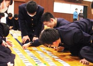 百人一首(身を乗り出して札を取る里村さん(中央))