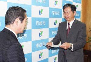 w白川市長から委嘱状を渡された松本さん