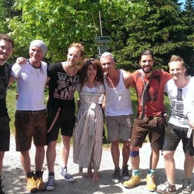 Landrätin Petra Enders (mitte) und Tourismus-Mitarbeiter Manfred Kirchner (rechts) mit der Gruppe Voxxclub zum Gipfeltreffen 2014