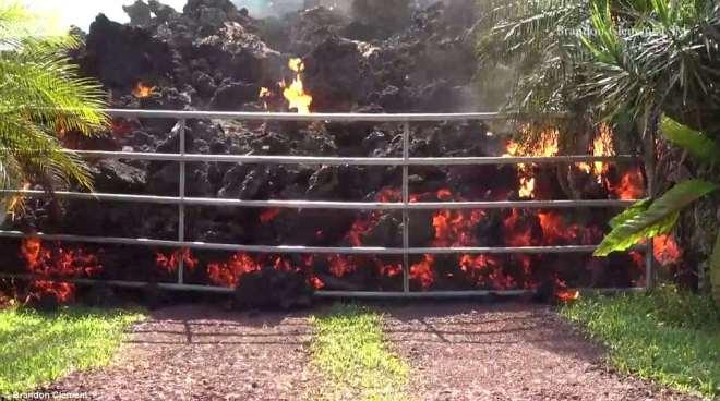Cận cảnh dung nham nóng chảy đổ ra đường, nhấn chìm xe hơi ở Hawaii - 3