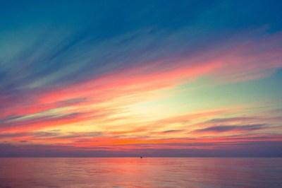 Luz cálida del cielo de la puesta del sol anaranjada ...