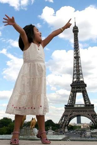 O maior cartão postal de Paris não parece tão grande assim, parece? Com 324 m, a perspectiva fez a Torre Eiffel parecer pequena junto à menina.