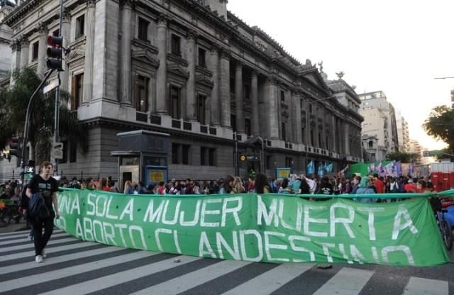 Marcha de organizaciones a favor la legalización del aborto frente al Congreso Nación. Foto: Juano Tesone