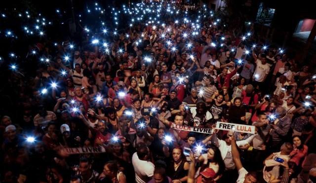 Seguidores de Lula da Silva  exigen la libertad del ex presidente frente a la sede de la Policía Federal en Curitiba, Brasil, el 08/07/2018. AFP
