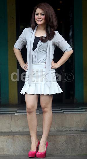 Koleksi Foto Presenter Cantik Vega Darwanti Yang Centil Dan Hot
